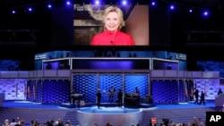Le candidat présidentiel démocrate Hillary Clinton en image sur un grand écran pour remercier les délégués au cours de la deuxième journée de la Convention nationale démocrate à Philadelphie, le 26 Juillet, 2016.