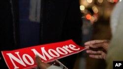"""有人制作了标语""""不要莫尔"""""""