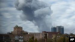 Kepulan asap terlihat di kota Donetsk, Ukraina Timur (Foto: dok). Kota ini kembali diguncang pertempuran, Senin (27/10) sehari seusai pemilihan umum parlemen.