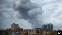 우크라이나 정부군과 반군의 교전이 계속되고 있는 동부 도네츠크에서 20일 연기가 피어오르고 있다.