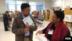 2016年11月8日美國總統大選﹐維州一名選民向投票站工作人員那資料。