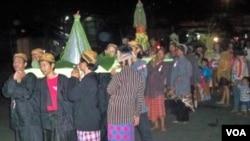 Warga Surabaya mengarak Tumpeng dari Tugu Pahlawan ke Kampung Ilmu pada acara Gereget Suro (26/11).