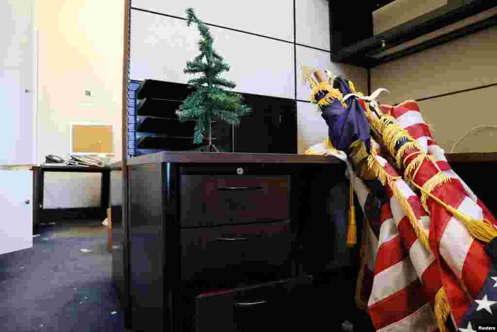 Banderas de Estados Unidos y hasta árboles de Navidad son empacados, al aproximarse el cambio de senadores y representantes del Congreso de EE.UU.