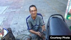 Anh Trần Viết Hùng hành nghề bơm vá xe đạp trên góc đường Hà Huy Tập-Điện Biên Phủ ở quận Thanh Khê