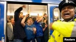 Les supporters de Chelsea célèbrent à bord d'un métro dans le centre d'Amsterdam, 15 mai 2013.