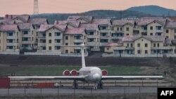 지난해 4월 평양 순안공항에 고려항공 여객기가 서 있다.