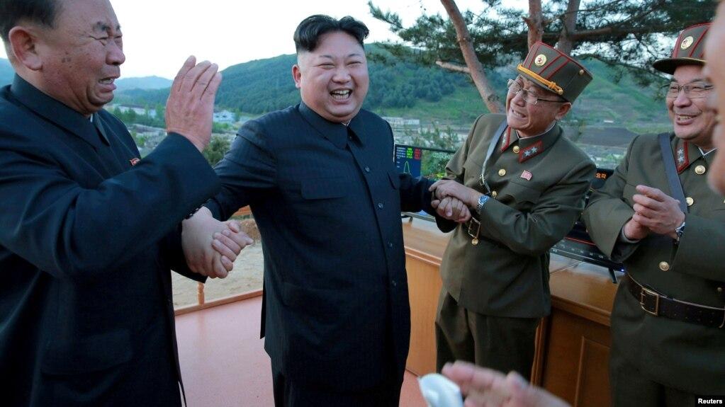 Le leader nord-coréen Kim Jong Un discusse avec Ri Pyong Chol, un des des programmes balistiques nord-coréens. à gauche, dans cette photo non datée publiée par l'Agence de presse coréenne du Nord (KCNA) le 15 mai 2017.