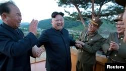 Le dirigeant nord-coréen Kim Jong Un et Ri Pyong Chol (G), membre de la Commission de défense nationale. Photo publiée par l'Agence de presse coréenne du Nord (KCNA) le 15 mai 2017.