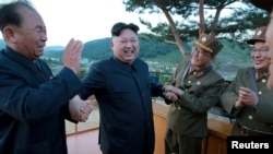 Ông Kim Jong Un và các quân nhân.