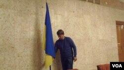 在莫斯科的烏克蘭大使館中的烏克蘭國旗。(美國之音白樺拍攝)