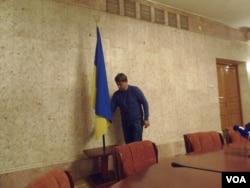在莫斯科的乌克兰大使馆中的乌克兰国旗。(美国之音白桦拍摄)