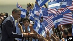 U.S. President Barack Obama greets children during his arrival in San Salvador, Mar 22 2011