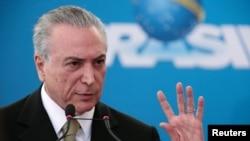 ປະທານາທິບໍດີ ບຣາຊິລ ຄົນໃໝ່ ທ່ານ Michel Temer ສະແດງທ່າທີໃນລະຫວ່າງ ພິທີເຂົ້າຮັບຕຳແໜ່ງປະທານຄົນໃໝ່ຂອງບໍລິສັດລັດຖະບານ, ທີ່ທຳນຽບ Planalto ໃນນະຄອນຫຼວງ Brasilia, 1 ມິຖຸນາ, 2016.