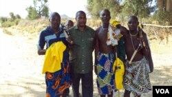 Abel Chivukuvuku ( segundo à esquerda) no Namibe