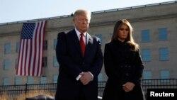 El presidente Donald Trump y la primera dama Melania Trump participaron en la ceremonia en recuerdo del décimo sexto aniversario de los ataques del 11 de Septiembre de 2001 en el Pengágono,. Lunes, 11 de septiembre, de 2017.