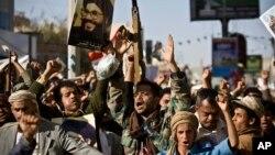 Pemberontak Houthi melakukan unjuk rasa di Sana'a, Yaman (foto: dok). Houthi membebaskan seorang wartawan AS.