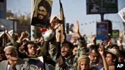 Lübnanlı Hizbullah lideri Hasan Nasrallah'ın afişlerini sallayan Yemenli Husi milisleri