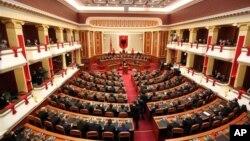 Ngoại trưởng Hoa Kỳ Hillary Clinton đọc diễn văn tại Quốc hội Albania trong thủ đô Tirana, 1/11/12