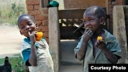 Anak-anak makan ubi merah yang manis. (Foto: Courtesy HarvestPlus)