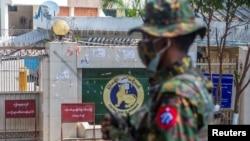 Un soldat se tient devant la Banque centrale du Myanmar lors d'une manifestation contre le coup d'État militaire, à Yangon, au Myanmar, le 15 février 2021.