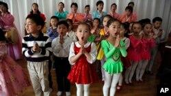지난 2012년 4월 북한 평양의 한 유치원에서 아이들이 방문객들을 위해 노래하고 있다. (자료사진)