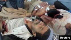 23일 키루쿠크 하위자에서 발생한 군과 시위대의 충돌로 부상당한 남성 2명이 병원에 누워있다.