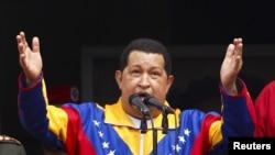 El mandatario venezolano viaja este sábado para estar cinco días en la isla y someterse a una nueva sesión de radioterapia.