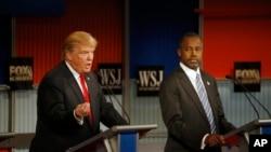 2015年11月10日唐纳德·川普在第四次共和党总统参选人电视辩论期间发言。在他旁边的是本·卡森医生
