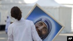 La Madre Teresa de Calcuta nació en 1910 en Skopje, entonces Albania y actual Macedonia siendo su nombre de pila Agnes Gonxha Bojaxhiu.