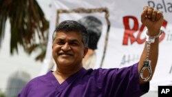 Kartunis Malaysia Zulkiflee Anwar Alhaque (Zunar) saat peluncuran bukunya di Petaling Jaya, Malaysia, 14 Februari 2015 (Foto: dok/AP Photo/Joshua Paul). Zunar didakwa dengan sembilan pasal menghasut dalam pesan twitter yang mencela sistem hukum Malaysia.