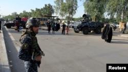 Tentara Irak berjaga-jaga di distrik Kadhimiya, Baghdad (2/5).