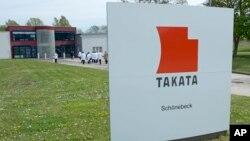 Các phóng viên tham quan công ty sản xuất túi khí Takata tại Schoenebeck, Đức.