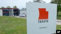 ປ້າຍເຄຶ່ອງໝາຍຢູ່ນອກບໍລິສັດ Takata ທີ່ GmbH ໃນເມືອງ Schoenebeck ປະເທດເຢຍຣະມັນ.