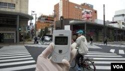 Ahli radiasi dari Greenpeace memonitor tingkat radiasi di kampung Namie, 40 kilometer dari PLTN Fukushima (8/4).
