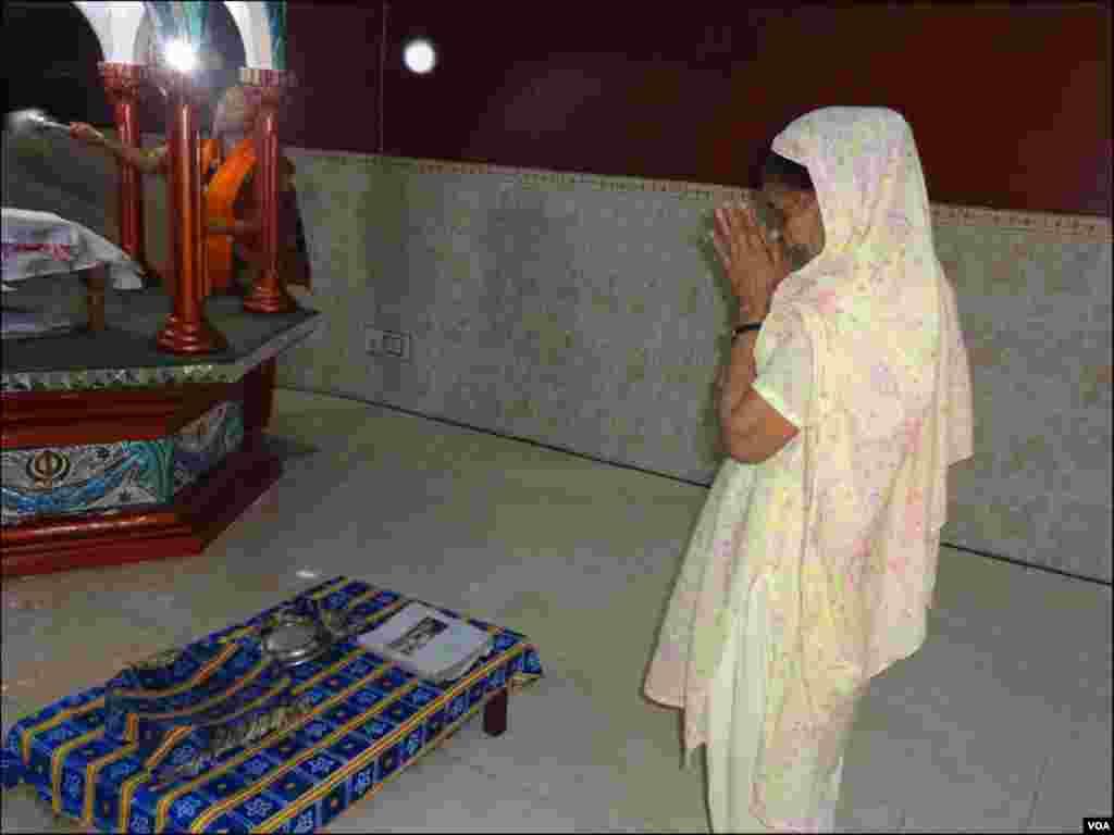 سکھ سنگت گردوارے میں عبادت کے لیے آنے والی سکھ خاتون
