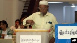 Cử tri Miến Ðiện đi bỏ phiếu trong cuộc bầu cử lịch sử tại Rangoon, ngày 1/4/2012