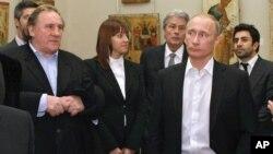 Thủ tướng Nga Vladimir Putin, phải, và diễn viên Pháp Gerard Depardieu thăm Bảo tàng Nga tại St. Petersburg, 11/12/2010