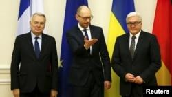 우크라이나의 아르세니 야체뉵 총리(가운데)가 22일 키에프를 방문한 프랑브 발터 슈타인마이어 독일 외무장관(오른쪽), 장 마르크 에로 프랑스 외무장관과 회담했다.