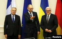 Thủ tướng Ukraine Arseniy Yatsenyuk (giữa), Ngoại trưởng Đức Frank-Walter Steinmeier (phải) và Ngoại trưởng Pháp Jean-Marc Ayrault tham dự một cuộc họp tại Kiev, Ukraine ,ngày 22/2/2016.