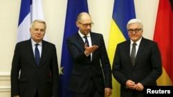 Жан-Марк Эро, Арсений Яценюк и Франк-Вальтер Штайнмайер. Украина, Киев, 22 февраля 2016.