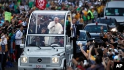 El Papa Francisco es aclamado por la multitud en las calles de Río de Janeiro.