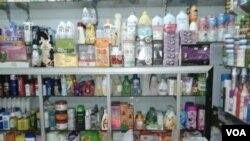 Berbagai produk kosmetik ilegal semakin marak dijual di pasar-pasar lokal di berbagai daerah di Indonesia (foto: dok - VOA/Iris Gera).
