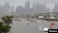 La ruta interestatal 45 está sumergida por la lluvia que trajo Harvey a Houston, Texas, el domingo, 27 de agosto de 2017.