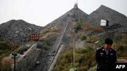 Tân Hoa Xã cho hay hơn 2500 tấn bụi than đã bao phủ hầm mỏ sau vụ nổ, và điều này cản trở các nổ lực cứu hộ.