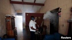 បុគ្គលិកសុខាភិបាលបាញ់ថ្នាំនៅក្នុងសង្កាត់ Altos del Cerro ដែលជាផ្នែកមួយនៃវិធានការការពារប្រឆាំងនឹងមេរោគ Zika នៅក្នុងក្រុង Soyapango ប្រទេសអែលសាល់វ៉ាឌ័រ (El Salvador) កាលពីថ្ងៃទី២១ ខែមករា ឆ្នាំ២០១៦។