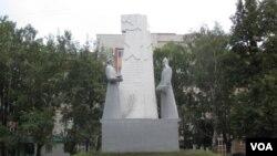 共产主义标志在俄罗斯随处可见。俄罗斯中部萨兰斯克市的一处红军塑像。(美国之音白桦拍摄)
