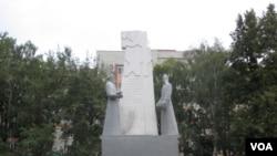 俄羅斯中部薩蘭斯克市的一處紅軍塑像 (美國之音白樺拍攝)
