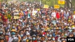 မုံရြာၿမိဳ႕ စစ္အာဏာသိမ္း ကန္႔ကြက္ဆႏၵျပပြဲ။ (ဧၿပီ ၁၊ ၂ဝ၂၁။ ဓာတ္ပုံ Facebook/AFP)