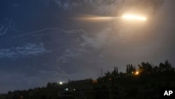 21일 시리아 수도 다마스쿠스 상공에 미사일이 날아가는 모습을 시리아 국영 사나(SANA) 통신이 공개했다.