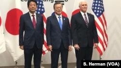 ນາຍົກລັດຖະມົນຕີຍີ່ປຸ່ນ ທ່ານຊິນໂຊ ອາເບະ (Shinzo Abe) ປະນາທິບໍດີທຣຳ ທ່ານ ມູນ ແຈ-ອິນ ແລະຮອງປະທານາທິບໍດີ ສະຫະລັດ ທ່ານໄມຄ ເພັນ (Mike Pence) ພົບກັນ ໃນ ພຽງຈາງ (Pyeongchange), ເກົາຫຼີໃຕ້, ທີ່ເຫັນຖ່າຍຮູບ ຮ່ວມກັນໃນພິທີກິລາໂອລິມປິກລະດູໜາວ ປີ 2018.